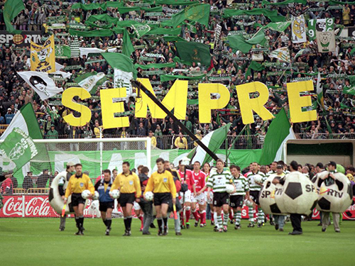 6 May 2000:  Teams led out before the Portuguese 1 Liga match between Sporting Lisbon and Benfica at the Jose de Alvalade Stadium, Lisbon, Portugal. Benfica won 1-0.  Photo by Nuno Correia  Mandatory Credit: Allsport UK /Allsport
